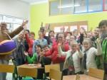 spotkanie z podróżnikiem_wspólne zdjęcie uczestników projektu z D. Rusinem