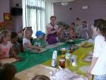 zajęcia kulinarne_Pani Agnieszka Gol cierpliwie tłmaczy, jak zrobić pizzę